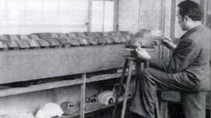 Flaminio Bertoni in zijn atelier met tal van TPV van ontwerpen