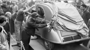 Onthulling van de 2CV op de Salon d'Automobile van Parijs in 1948